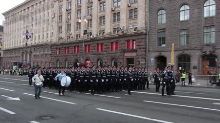 бронированный : KIEV, UKRAINE - AUGUST 24, 2017: Military parade in Kyiv, to the Independence Day of Ukraine Rows of marching national police on Khreshchatyk street Стоковые видеозаписи