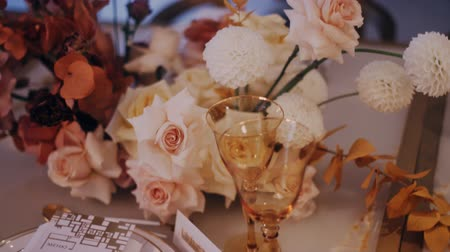 устроенный : Beautiful wedding bouquet on the decirated dining table. Стоковые видеозаписи