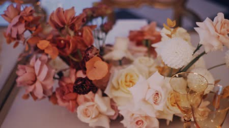 obrus : Parralax shot of a beautiful wedding bouquet on the decirated dining table. Left to right. Middle shot. Wideo