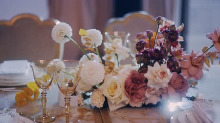 assentos : Left to right parralax shot of beautifuly decorated wedding party banquet table. Middle shot. Stock Footage