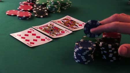 kriko : A poker player is nervous, pounding the table with poker chips, poker bets. Stok Video