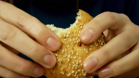 sekaná : Woman hands break a crispy crust bun with crumbs and sesame seeds Dostupné videozáznamy