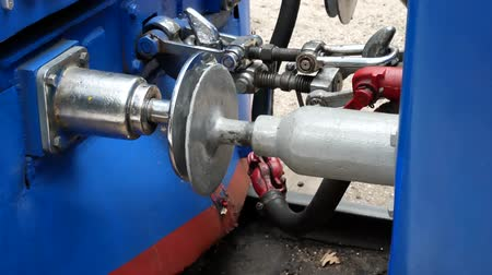 tampon : Standard type of connection between cars train on railways with buffer and chain coupling. Traditional hook coupler wagon hitch. Connecting coupling device between railway cars on train at rail track