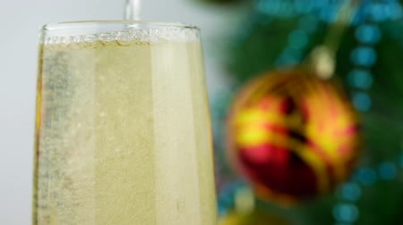 bebida alcoólica : Champagne pouring near Christmas tree. Wine bubbles and foaming. Success Christmas celebrating