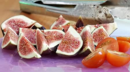 incir : Figs and tomatoes to make vegan salad. Cooking Vegetarian Salad with Vegetable at Restaurant or Home Stok Video