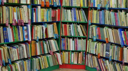 ciltli : Many books on the shelves in the library