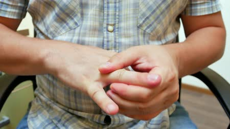 artritida : Man suffering from trigger finger. Arthritis and wrist pain