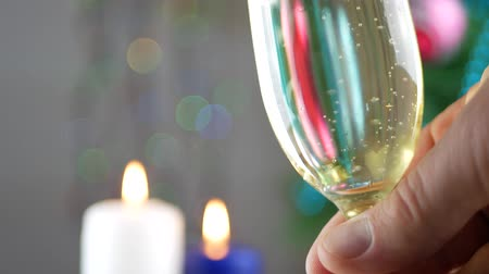 flet : Champagne pouring and foaming in glasses over holiday bokeh green background. Success Christmas celebrating. Friends congratulating each other with new year. Celebration and nightlife concept