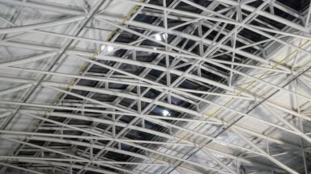 dach : Big warehouse steel plate roof ceiling structure with iron beams Wideo