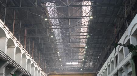 dach : Old industrial warehouse with metal beams under ceiling in large heavy plant Wideo