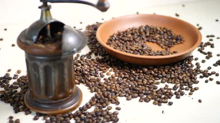 grãos de café : Coffee Beans and Vintage Coffee Grinder on Table