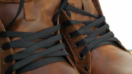 cadarço : Men fashion brown leather boots with black laces and sewing stitches