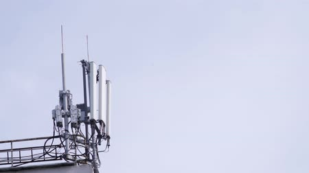 satelite : Mobile phone communication tower on building roof. Technology of telecommunication GSM tower (5G,4G,3G concept) Wideo
