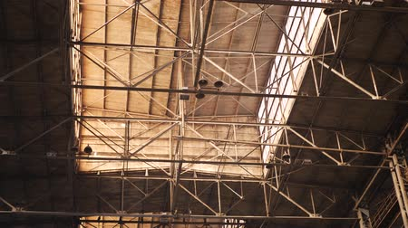 dach : Old industrial hall with metal beams under ceiling in large heavy plant