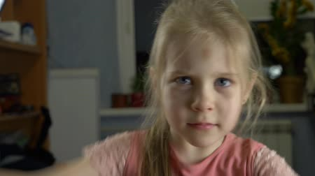 наказание : Little blue-eyed child with blond hair and yellow-black bruise on forehead on head posing as victim of domestic violence