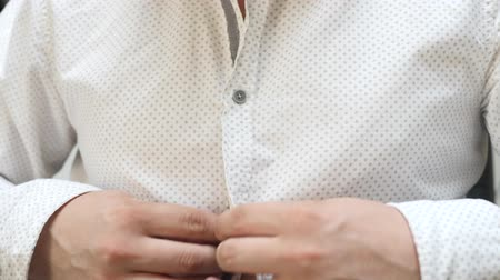 mandzsetta : Man buttons white shirt. Concept of elegance, business and work