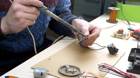 полупроводник : Tin soldering parts in electronics workplace with electronic components in electronics workshop. Repair Shop or Electronic Devices Concept