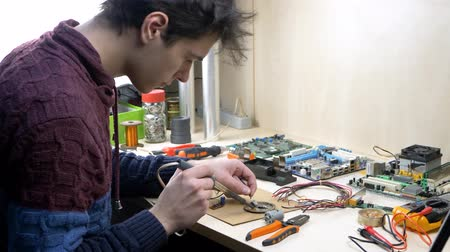 mikroişlemci : Student working with electronic components at home office using soldering iron