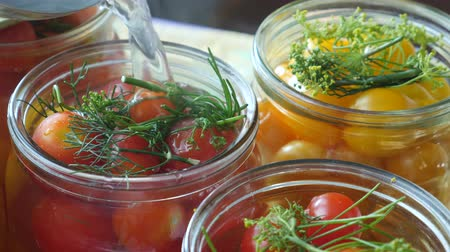 ocet : Housewife or hostess marinating cherry tomatoes with green dill or fennel in jars. Homemade canned tomato or tinned tomato. Home preservation