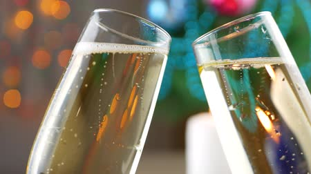 cidra : Clink Glasses with Pouring and Foaming Champagne over holiday bokeh green background. Christmas celebrating Vídeos