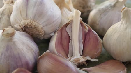 condimento : Garlic clove or garlic bulb on vintage wooden background. Concept of healthy food