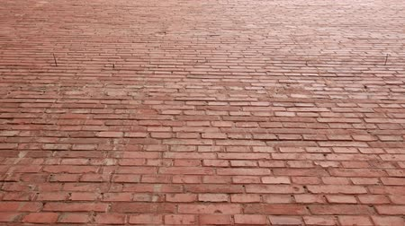 кирпичная кладка : Red brick wall as texture background. High flat wall of an old building. Glare from the sun or bright light