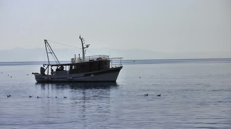 ryba : Fishermans working on fishing boat