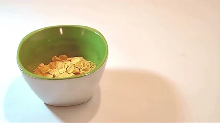kahvaltı : Preparing cornflakes with milk Stok Video