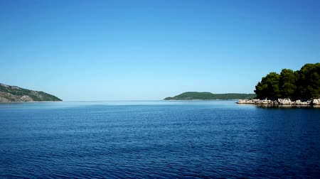 su üzerinde ufuk : Sailing at blue Adriatic sea with beautiful view at islands