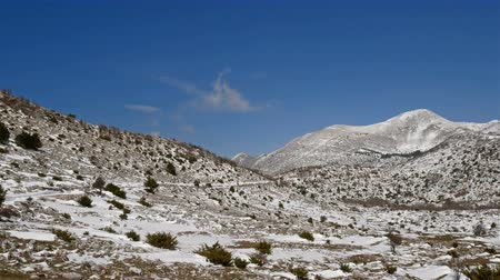 dalmácie : Nature park and mountain Biokovo in Croatia covered with snow on sunny winter day motion view
