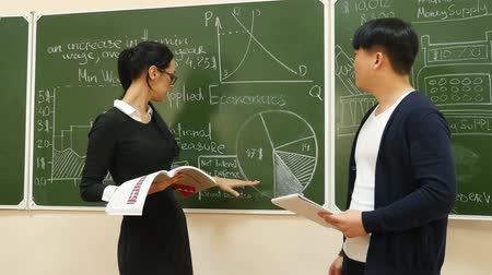 profesor : Teacher Explains a Subject to Student Wideo