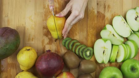 esverdeado : Cutting green pear Stock Footage