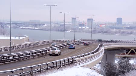 Онтарио : City traffic during winter snowfall on the bridge, risk of accident Стоковые видеозаписи