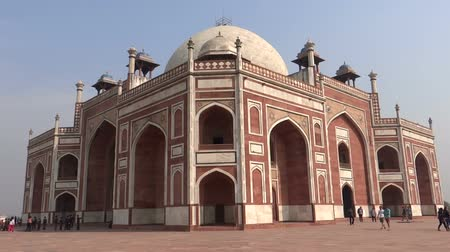 могила : Humayuns tomb is the tomb of the Mughal Emperor Humayun in Delhi, India. The tomb was commissioned by Humayuns first wife Bega Begum in 1569-70, and designed by Mirak Mirza Ghiyas, a Persian architect. Стоковые видеозаписи