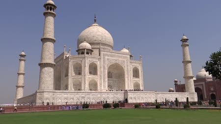 купол : World famous symbol of love, The Taj Mahal is a white marble mausoleum located in Agra, Uttar Pradesh, India. It was built by Mughal emperor Shah Jahan in memory of his wife, Mumtaz Mahal.