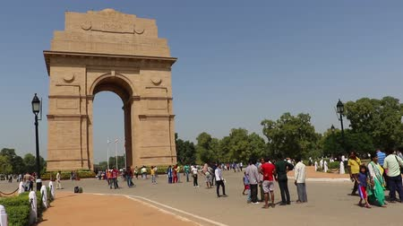 indie : India Gate is certainly one of the most visited spots of Delhi. India Gate was built to memorialize the 70,000 Indian soldiers who lost their lives during the First World War, fighting for the British army. Wideo