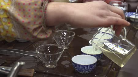 pequim : Woman pours green tea in small containers. Chinese tea shop. tea Tasting Vídeos