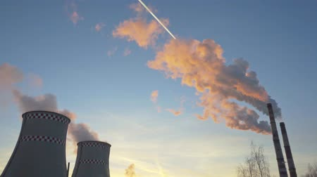 termal : orange smoke from the chimneys of a thermal power plant at sunset Stok Video