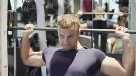 rukojeť : A young man is training in the gym. 4K