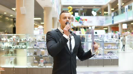głośniki : A young attractive man is holding a presentation in a shopping center Wideo