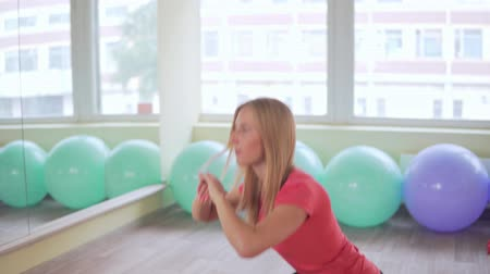 ягодицы : Young attractive woman doing sit-ups in the gym. Fitness