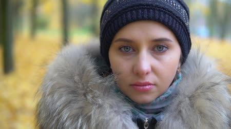 wrzesień : Portrait of a sad woman in an autumn park Wideo
