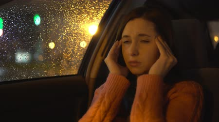 dor de cabeça : Headache in the car. Woman in the car.