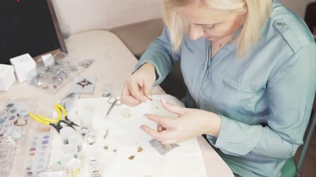 tasarlanmış : Creating jewelry handmade. Embroidery Stok Video