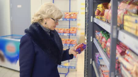 seçme : woman buys food in the store