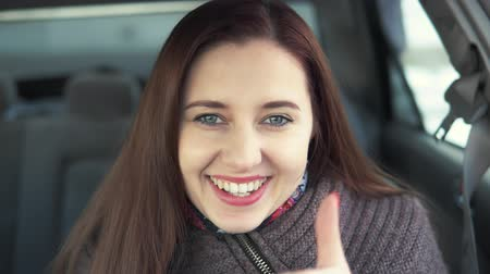 souhlasit : woman shows the likes in the car Dostupné videozáznamy