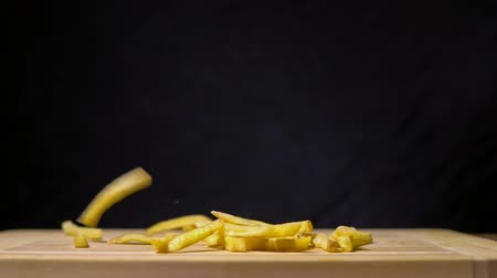 frites : French fries. Slow motion.