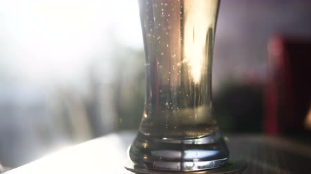 bruisend : Een glas bier op de tafel in de bar. Bubbles. Stockvideo