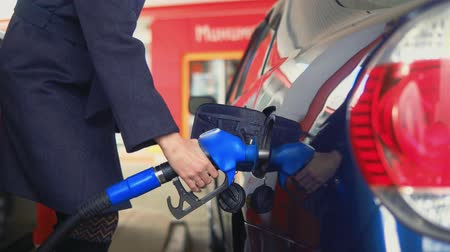 tankowanie : Woman fills gasoline car. Hand close up