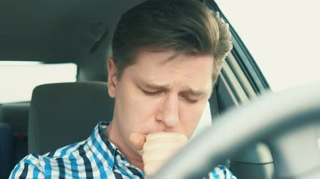tosse : young man coughing. painful condition Vídeos